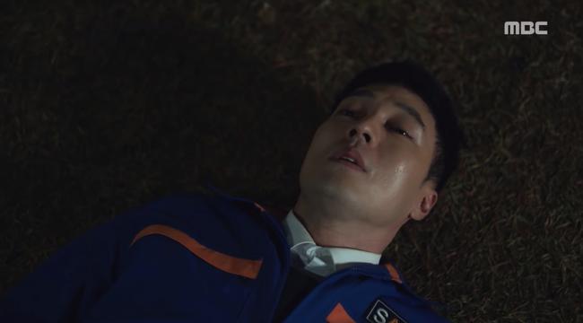 So Ji Sub trúng đạn suýt chết, kẻ tưởng là thù lại ra tay cứu mạng anh kịp thời - Ảnh 1.