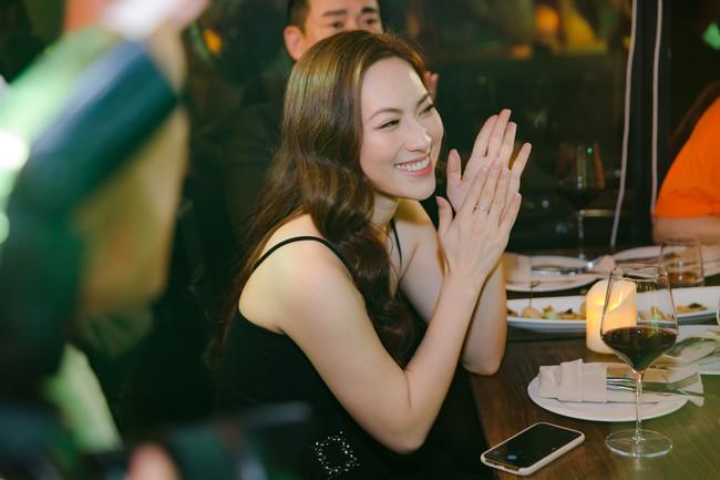 Từ phim ra đời thực, Song Luân - Khả Ngân tình bể bình, liên tục nắm tay, tựa đầu khi đi sự kiện  - Ảnh 9.