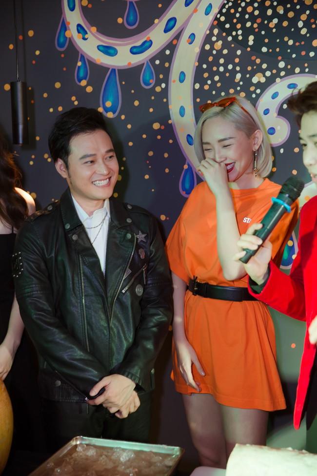 Từ phim ra đời thực, Song Luân - Khả Ngân tình bể bình, liên tục nắm tay, tựa đầu khi đi sự kiện  - Ảnh 7.