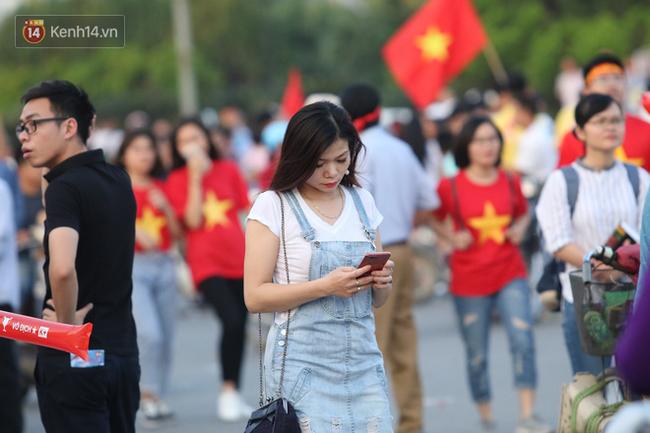 Loạt CĐV nữ xinh xắn chiếm spotlight trước đại chiến Việt Nam - Malaysia  - Ảnh 5.
