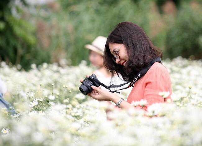 Phụ nữ, trẻ em chen nhau tạo dáng chụp ảnh kín đặc vườn cúc họa mi Nhật Tân - Ảnh 13.