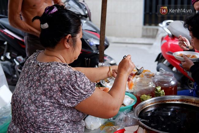 Tiệm ăn hàng 30 năm của dì Gái chịu chơi nhất Sài Gòn, mỗi ngày bán trong 1 giờ là hết veo - Ảnh 11.