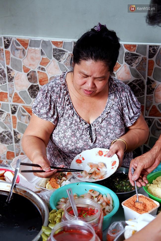 Tiệm ăn hàng 30 năm của dì Gái chịu chơi nhất Sài Gòn, mỗi ngày bán trong 1 giờ là hết veo - Ảnh 3.