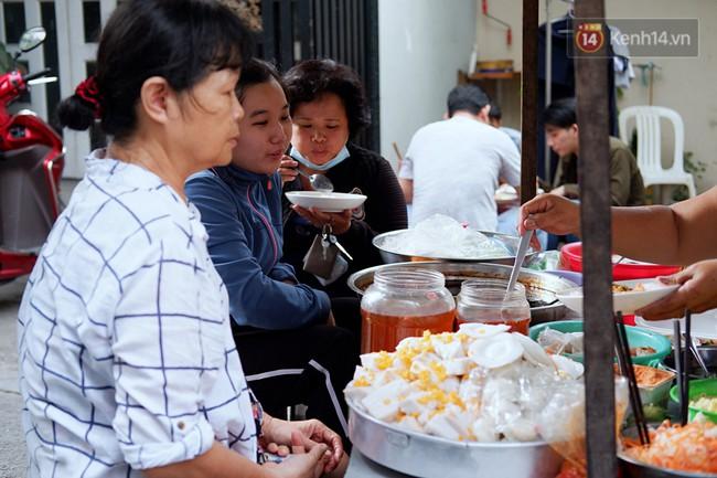 Tiệm ăn hàng 30 năm của dì Gái chịu chơi nhất Sài Gòn, mỗi ngày bán trong 1 giờ là hết veo - Ảnh 4.