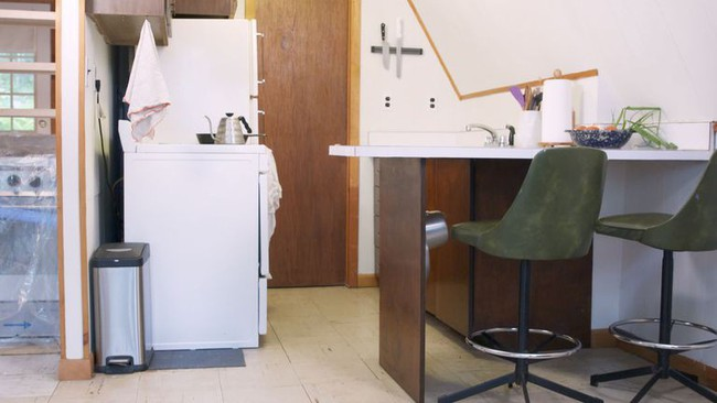 Quá chán nản với căn bếp cũ mèm, cặp vợ chồng trẻ tự tay cải tạo lại và nhận được cái kết bất ngờ - Ảnh 1.
