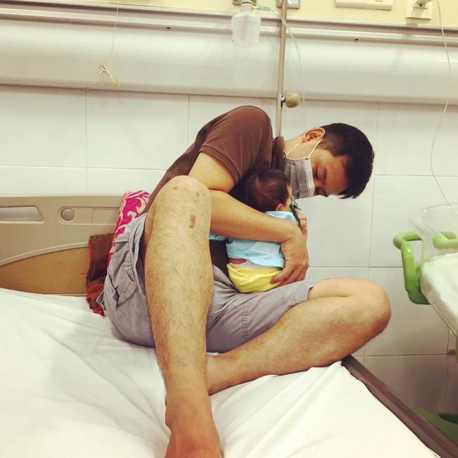 Con 13 ngày tuổi bị nhiễm virus RSV, mẹ Việt cảnh báo: Đằng sau nụ hôn là cánh cửa bệnh viện - Ảnh 3.