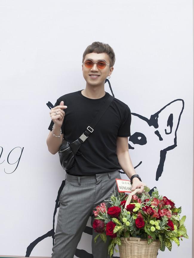 Soobin Hoàng Sơn lần đầu mặc áo đôi, đi sự kiện cùng bạn gái tin đồn  - Ảnh 5.