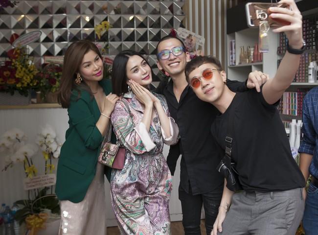 Soobin Hoàng Sơn lần đầu mặc áo đôi, đi sự kiện cùng bạn gái tin đồn  - Ảnh 10.