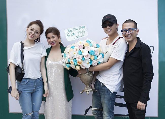 Soobin Hoàng Sơn lần đầu mặc áo đôi, đi sự kiện cùng bạn gái tin đồn  - Ảnh 1.