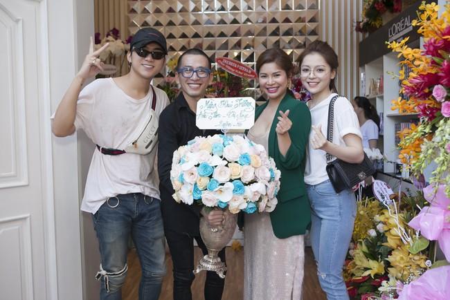 Soobin Hoàng Sơn lần đầu mặc áo đôi, đi sự kiện cùng bạn gái tin đồn  - Ảnh 3.