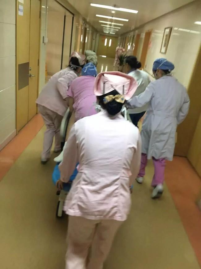 Sờ thấy tay thai nhi và dây rốn ở vùng kín sản phụ, bác sĩ đã làm 1 việc cứu sống cả mẹ và con - Ảnh 4.