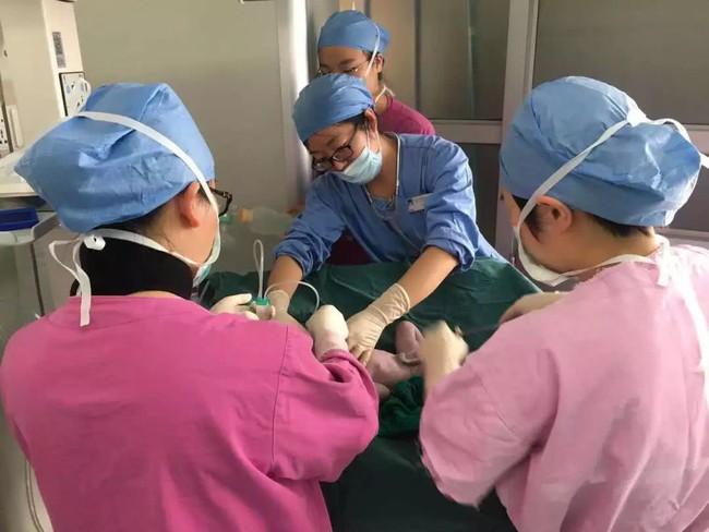 Sờ thấy tay thai nhi và dây rốn ở vùng kín sản phụ, bác sĩ đã làm 1 việc cứu sống cả mẹ và con - Ảnh 6.