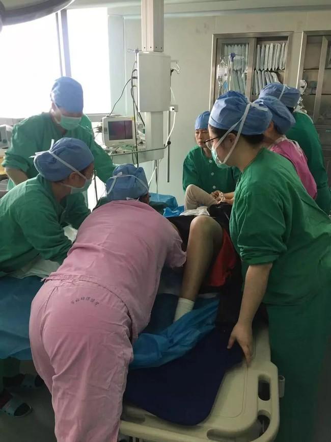 Sờ thấy tay thai nhi và dây rốn ở vùng kín sản phụ, bác sĩ đã làm 1 việc cứu sống cả mẹ và con - Ảnh 3.