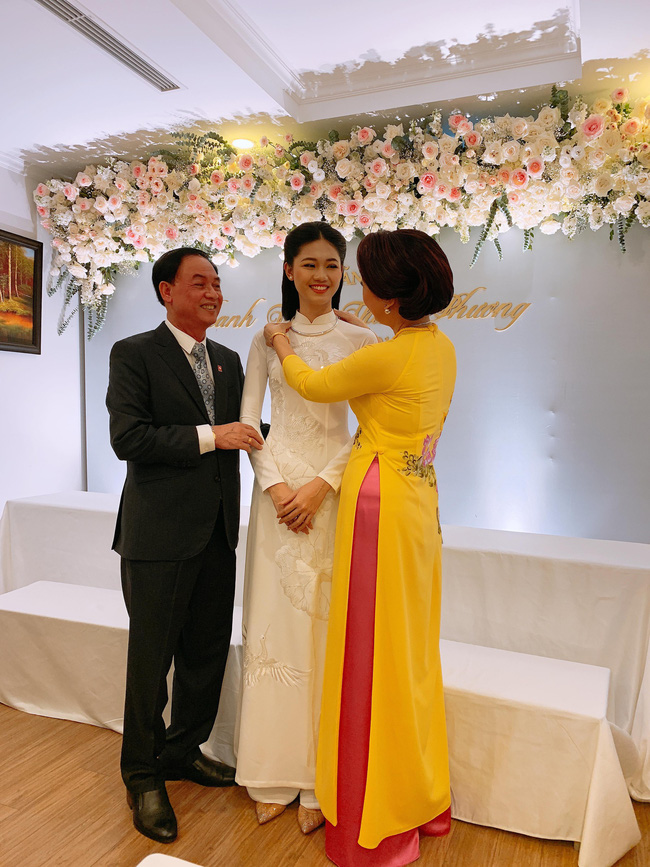 Á hậu Thanh Tú mặc áo dài trắng, xuất hiện tinh khôi trong lễ ăn hỏi trang trọng - Ảnh 6.