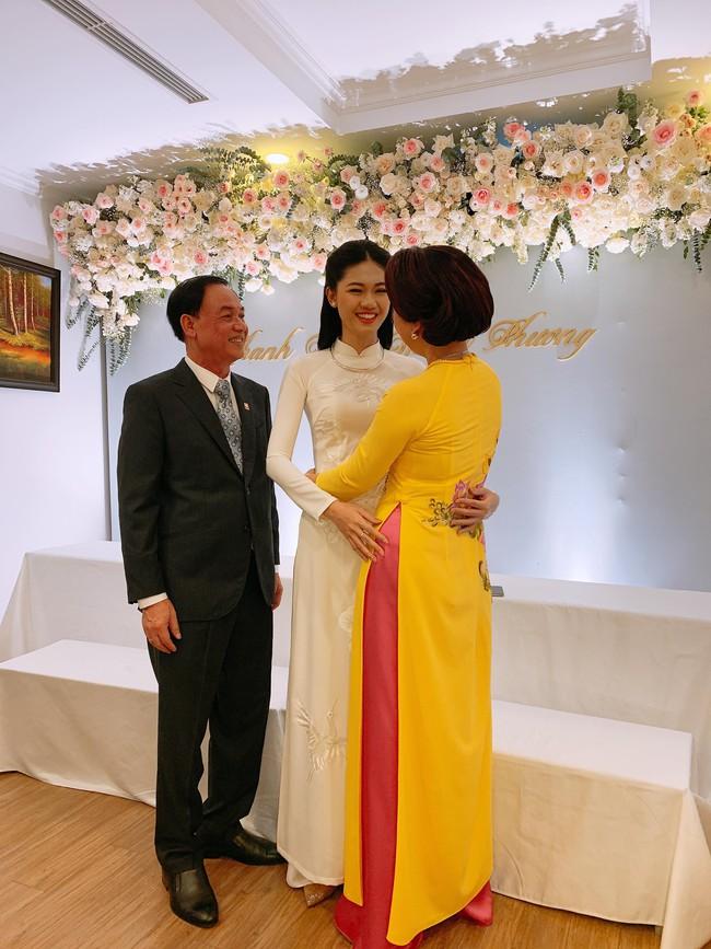 Á hậu Thanh Tú mặc áo dài trắng, xuất hiện tinh khôi trong lễ ăn hỏi trang trọng - Ảnh 7.
