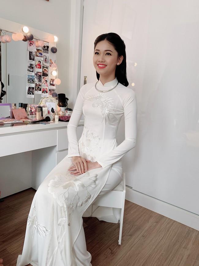 Á hậu Thanh Tú mặc áo dài trắng, xuất hiện tinh khôi trong lễ ăn hỏi trang trọng - Ảnh 1.