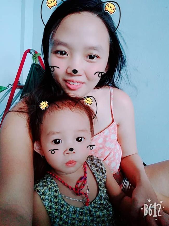 Hình ảnh bé gái tha thẩn chơi một mình khi mẹ có em khiến nhiều mẹ bỉm rơi nước mắt - Ảnh 2.