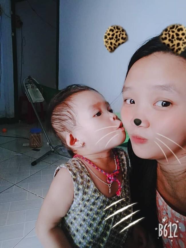 Hình ảnh bé gái tha thẩn chơi một mình khi mẹ có em khiến nhiều mẹ bỉm rơi nước mắt - Ảnh 3.