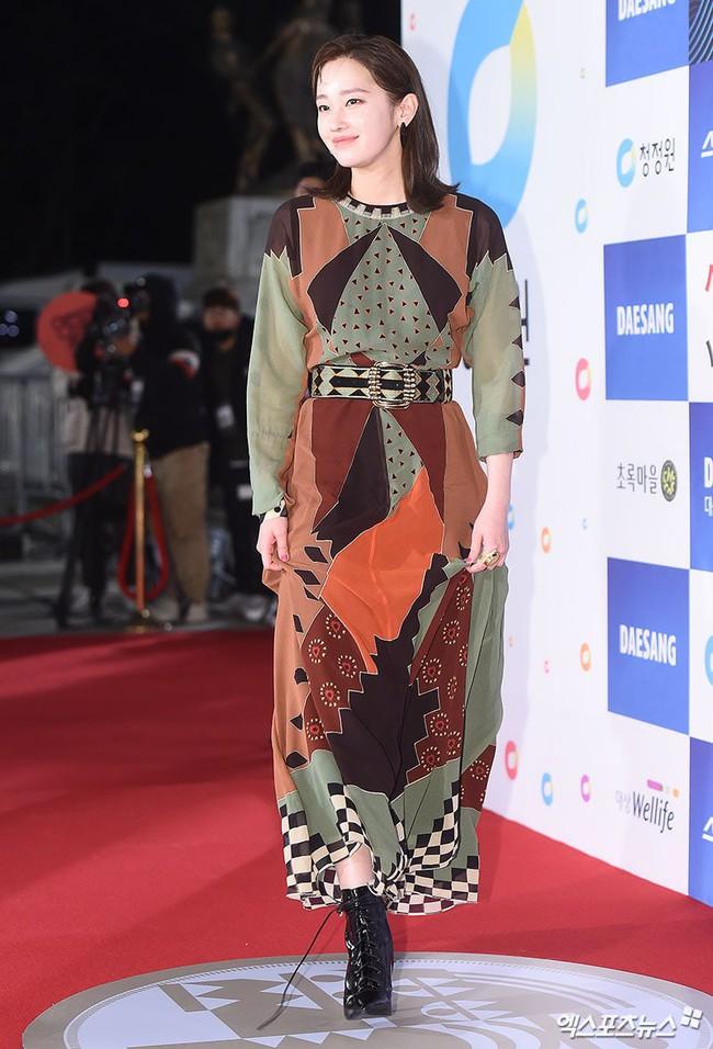 Thảm đỏ Giải Rồng Xanh 2018: Park Bo Young bỗng già chát vì trang điểm đậm, chị đại Kim Hye Soo cực khí chất  - Ảnh 5.