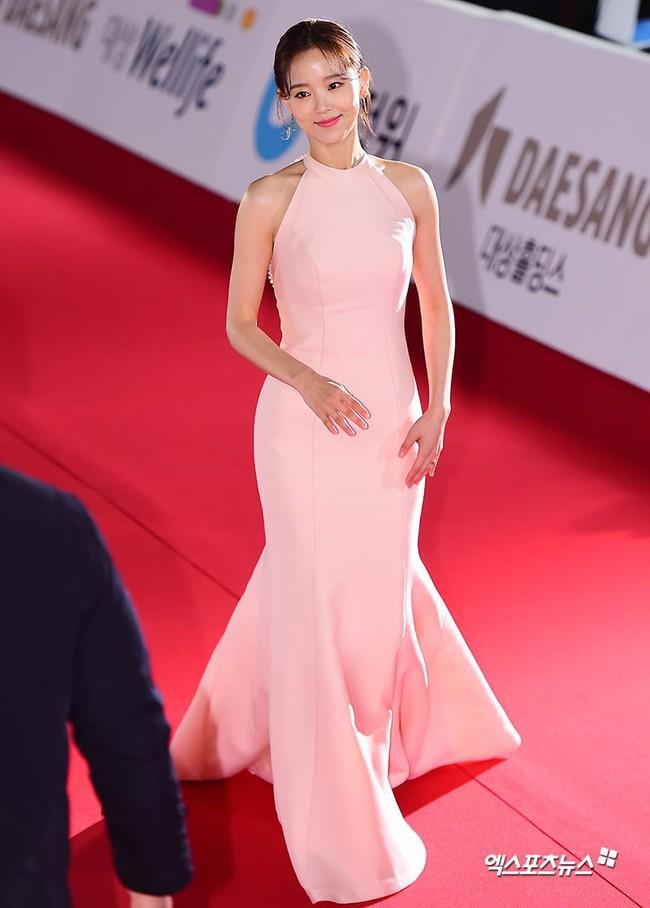 Thảm đỏ Giải Rồng Xanh 2018: Park Bo Young bỗng già chát vì trang điểm đậm, chị đại Kim Hye Soo cực khí chất  - Ảnh 7.