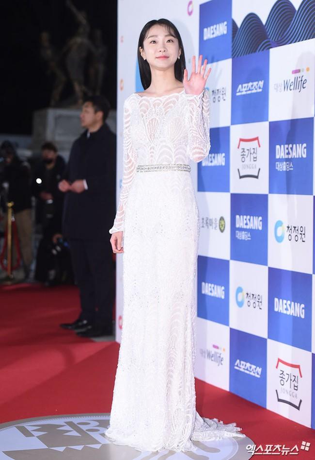 Thảm đỏ Giải Rồng Xanh 2018: Park Bo Young bỗng già chát vì trang điểm đậm, chị đại Kim Hye Soo cực khí chất  - Ảnh 8.