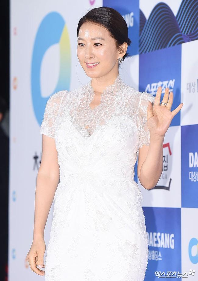Thảm đỏ Giải Rồng Xanh 2018: Park Bo Young bỗng già chát vì trang điểm đậm, chị đại Kim Hye Soo cực khí chất  - Ảnh 9.