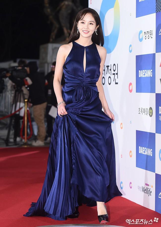 Thảm đỏ Giải Rồng Xanh 2018: Park Bo Young bỗng già chát vì trang điểm đậm, chị đại Kim Hye Soo cực khí chất  - Ảnh 10.