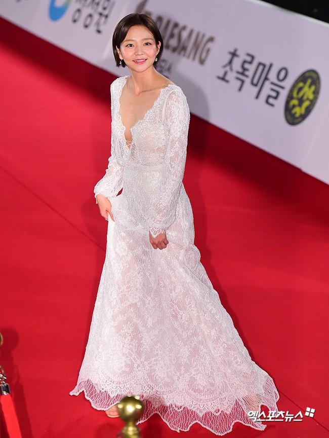 Thảm đỏ Giải Rồng Xanh 2018: Park Bo Young bỗng già chát vì trang điểm đậm, chị đại Kim Hye Soo cực khí chất  - Ảnh 12.