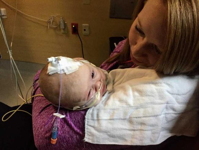 Nhận nụ hôn âu yếm từ anh trai, bé 6 tuần tuổi đã phải chiến đấu chống lại virus RSV đến mức suýt chết - Ảnh 2.