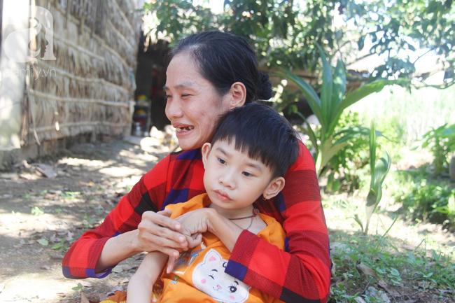 Bị bố bỏ rơi, phép màu đã đến với bé gái 5 tuổi bại não sống cùng người mẹ tật nguyền - Ảnh 8.