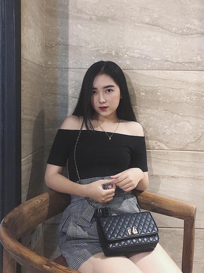 Lộ hình ảnh Hà Đức Chinh diện áo đôi, nắm tay một cô gái trên phố - Ảnh 7.