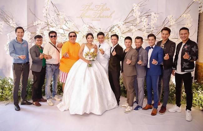 Ông xã đại gia trẻ tuổi của Hoa hậu Đại dương Đặng Thu Thảo ôm vợ không rời trong tiệc cưới - Ảnh 5.