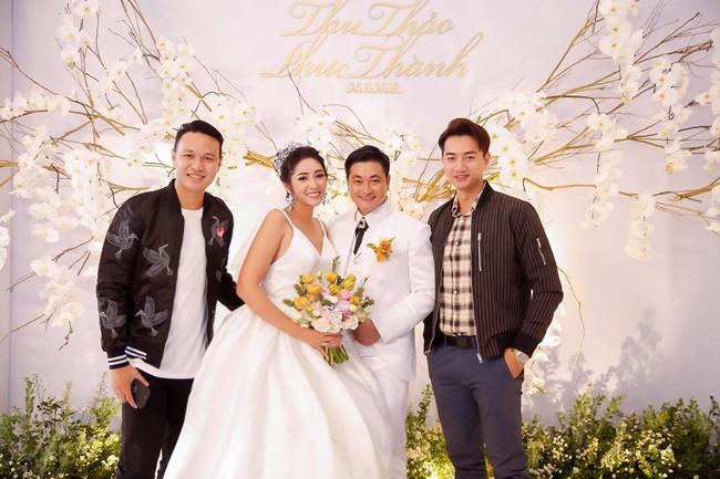Ông xã đại gia trẻ tuổi của Hoa hậu Đại dương Đặng Thu Thảo ôm vợ không rời trong tiệc cưới - Ảnh 7.