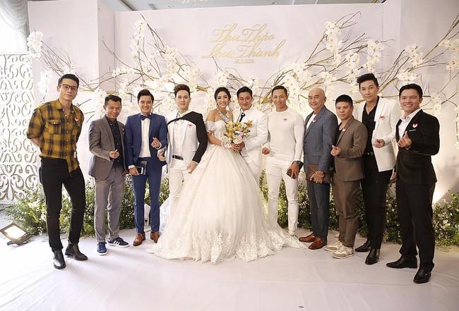 Ông xã đại gia trẻ tuổi của Hoa hậu Đại dương Đặng Thu Thảo ôm vợ không rời trong tiệc cưới - Ảnh 8.