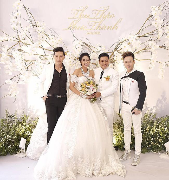 Ông xã đại gia trẻ tuổi của Hoa hậu Đại dương Đặng Thu Thảo ôm vợ không rời trong tiệc cưới - Ảnh 4.