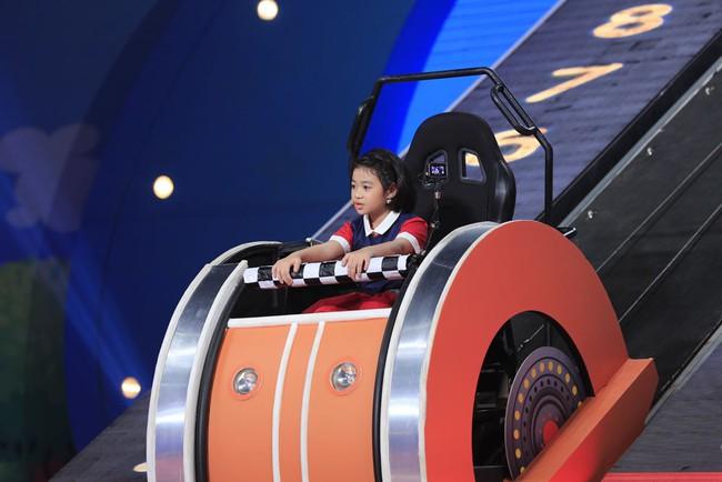 Trấn Thành cười tít mắt khi vợ Hari Won được cô bé 8 tuổi khen xinh đẹp - Ảnh 2.