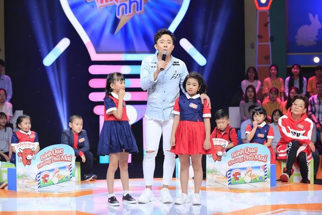 Trấn Thành cười tít mắt khi vợ Hari Won được cô bé 8 tuổi khen xinh đẹp - Ảnh 1.