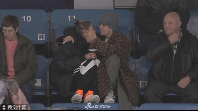 Justin Bieber đi xem khúc côn cầu mà không thể rời mắt khỏi Hailey Bladwin - Ảnh 2.