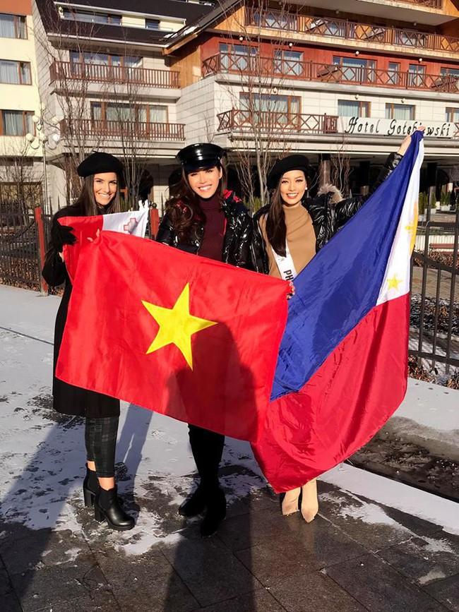 Bỏ qua ồn ào bị đồn mua giải, Minh Tú giơ cờ Việt Nam đầy tự hào ở Miss Supranational - Ảnh 1.