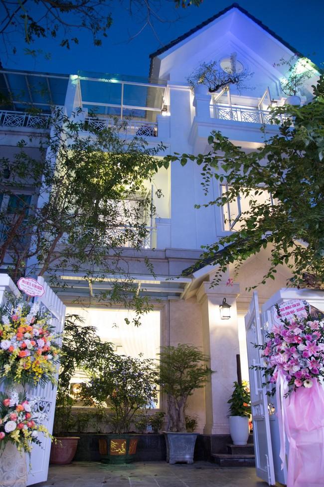Ngắm căn biệt thự gần 20 tỷ với lễ mừng tân gia hoành tráng của ca sĩ Quang Hà ở Hà Nội - Ảnh 1.