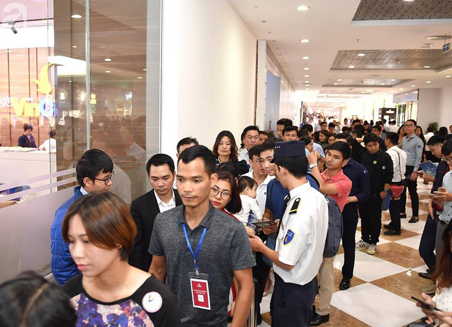 Hà Nội: Hàng ngàn dân công sở cùng các cặp vợ chồng trẻ ùn ùn đổ về xem căn hộ mẫu của VinCity  - Ảnh 2.