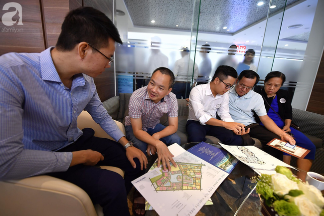Hà Nội: Hàng ngàn dân công sở cùng các cặp vợ chồng trẻ ùn ùn đổ về xem căn hộ mẫu của VinCity  - Ảnh 3.