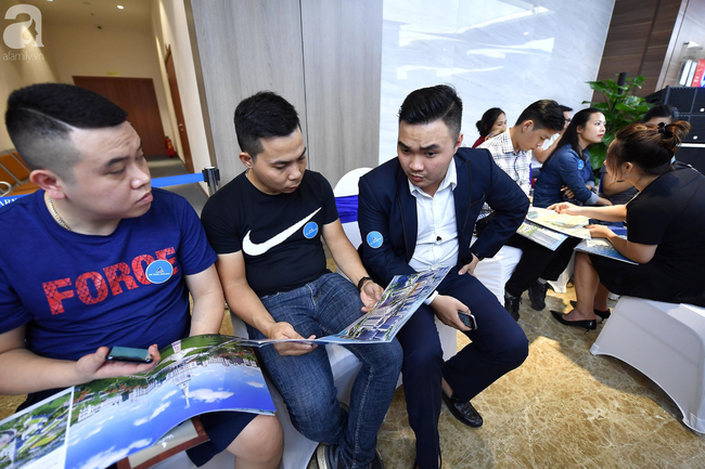 Hà Nội: Hàng ngàn dân công sở cùng các cặp vợ chồng trẻ ùn ùn đổ về xem căn hộ mẫu của VinCity  - Ảnh 4.