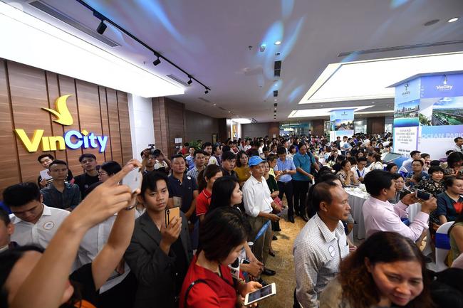 Hà Nội: Hàng ngàn dân công sở cùng các cặp vợ chồng trẻ ùn ùn đổ về xem căn hộ mẫu của VinCity  - Ảnh 6.