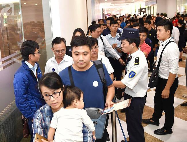Hà Nội: Hàng ngàn dân công sở cùng các cặp vợ chồng trẻ ùn ùn đổ về xem căn hộ mẫu của VinCity  - Ảnh 8.
