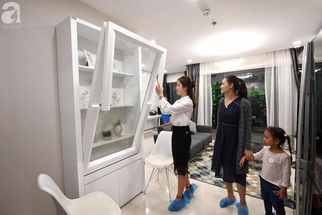 Hà Nội: Hàng ngàn dân công sở cùng các cặp vợ chồng trẻ ùn ùn đổ về xem căn hộ mẫu của VinCity  - Ảnh 15.