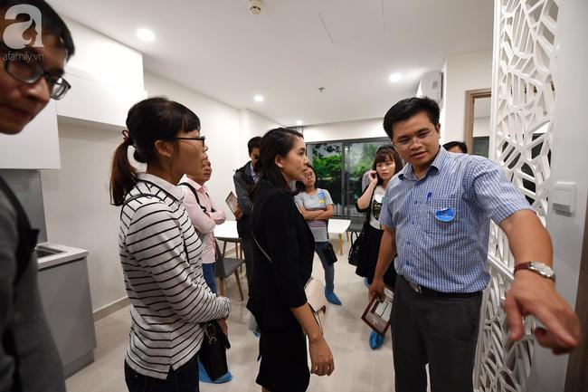 Hà Nội: Hàng ngàn dân công sở cùng các cặp vợ chồng trẻ ùn ùn đổ về xem căn hộ mẫu của VinCity  - Ảnh 16.