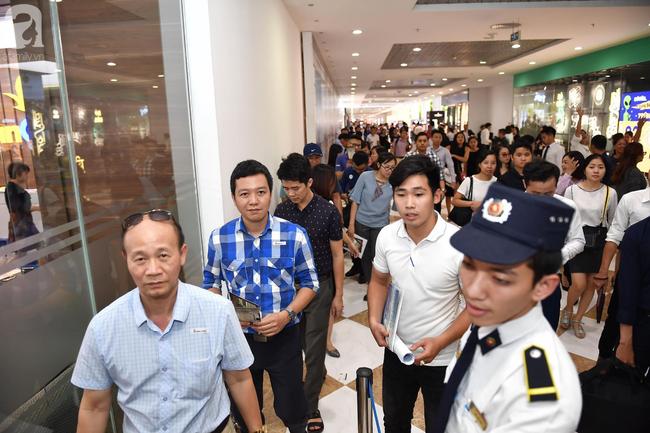 Hà Nội: Hàng ngàn dân công sở cùng các cặp vợ chồng trẻ ùn ùn đổ về xem căn hộ mẫu của VinCity  - Ảnh 10.
