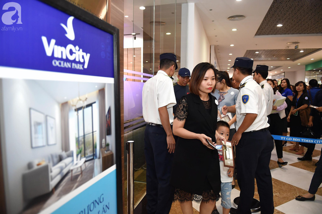 Hà Nội: Hàng ngàn dân công sở cùng các cặp vợ chồng trẻ ùn ùn đổ về xem căn hộ mẫu của VinCity  - Ảnh 11.