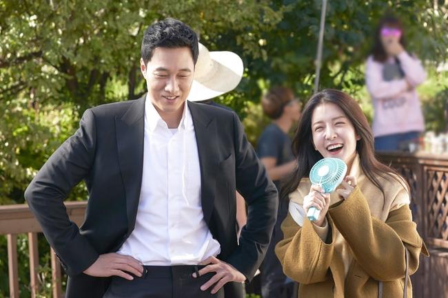 So Ji Sub gây choáng với tạo hình... bà thím khiến fan không thể nhịn cười - Ảnh 1.